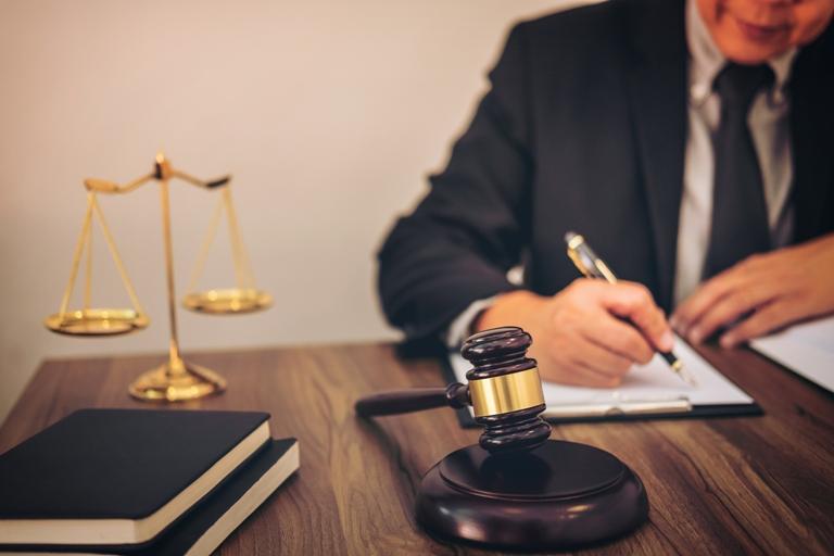 Beihilfe für Richter Justizbemater Schreibtisch Kugelschreiber Waage Hammer