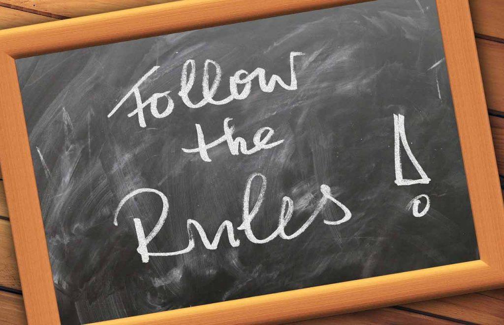 Tafel Aufschrift Follow the rules Beihilfe Vorschriften beachten