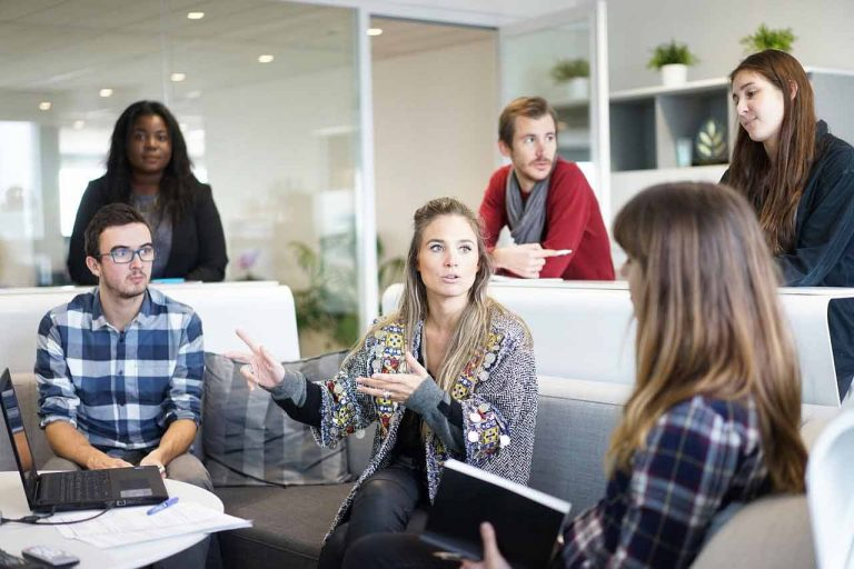 Menschen sechs Diskussion Beratung Büro Beihilfe