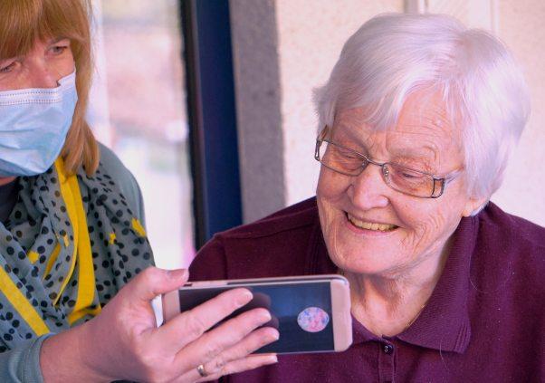 Pflegeversicherung für Beamte Dame lacht Pflege Betreuung Freude